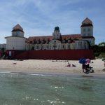 Strand mit Kurhaus in Binz