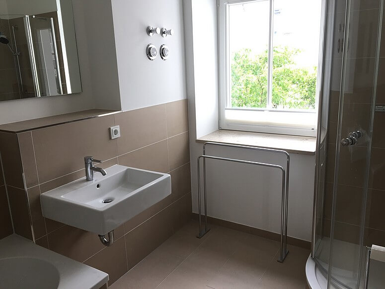 badezimmer mit badewanne dusche und wc binz auf r gen. Black Bedroom Furniture Sets. Home Design Ideas