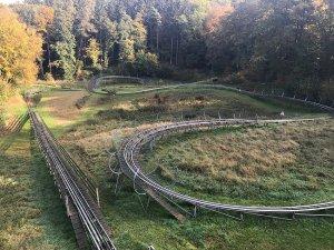 Blick auf die gesamte 700 Meter lange Strecke der Rodelbahn