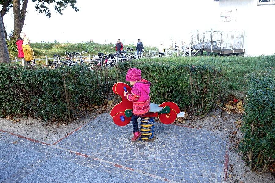 Spielgeräte für Kinder an der Binzer Promenade