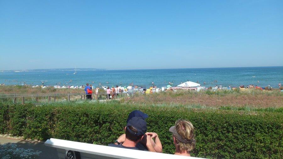 Im Sommer: Viel Trubel, Sport und Spass am Strand