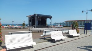 Kurplatz Binz Bänke und Bühne