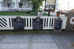 Restaurant-Tafeln an der Seepromenade