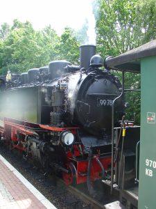 Der rasende Roland hält auch am Kleinbahnhof in Binz