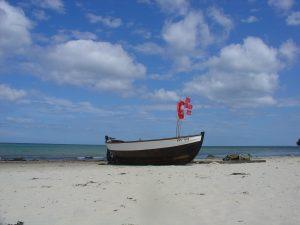 Einsames Fischerboot am Strand von Binz