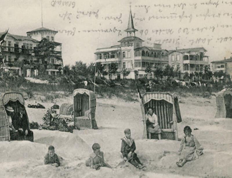 Historische Foto vom Strand in Binz, im Hintergrund die Villen und die Seepromenade