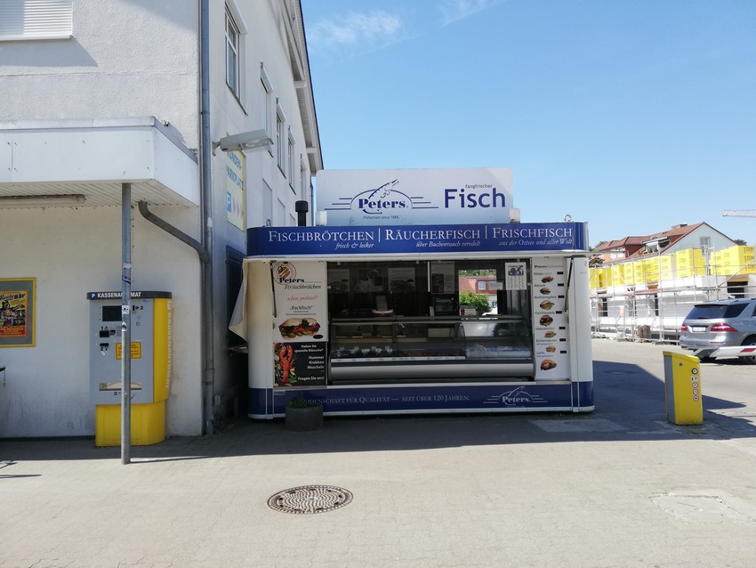 Peters Fischimbiss in Binz neben dem Edeka