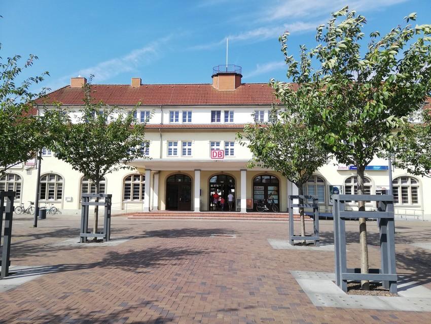 Bahnhofsvorplatz mit Busbahnhof und WLAN