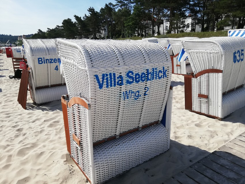 Schöne geflochtene hanseatische Strandkörbe in Binz