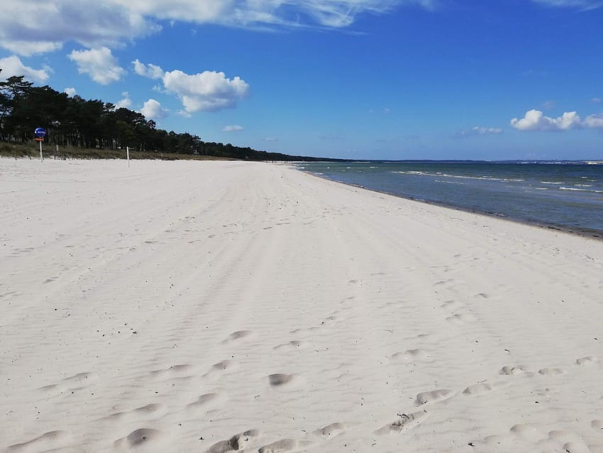 The fine sandy beach in Binzer Bay