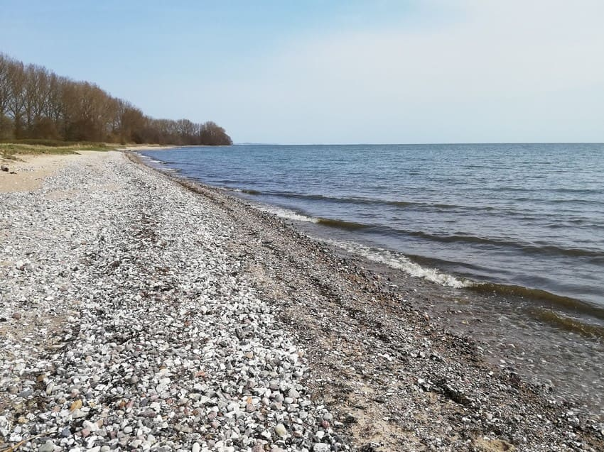 einsamer steiniger Strand